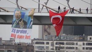 Rotterdam'da köprüye Erdoğan'ın resmi asıldı