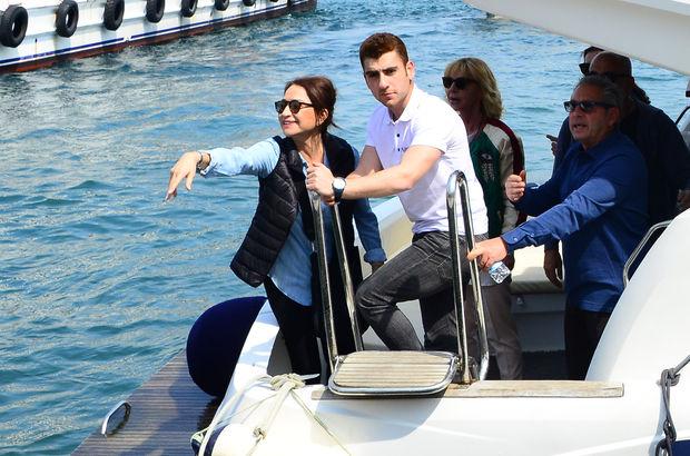 Demet Akbağ, balık yemek için tekneyle Arnavutköy'e geçti