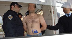 Manisa'da bir kişi valilik önünde soyundu