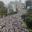 VENEZUELA'DA YÜZBİNLER SOKAKTA!