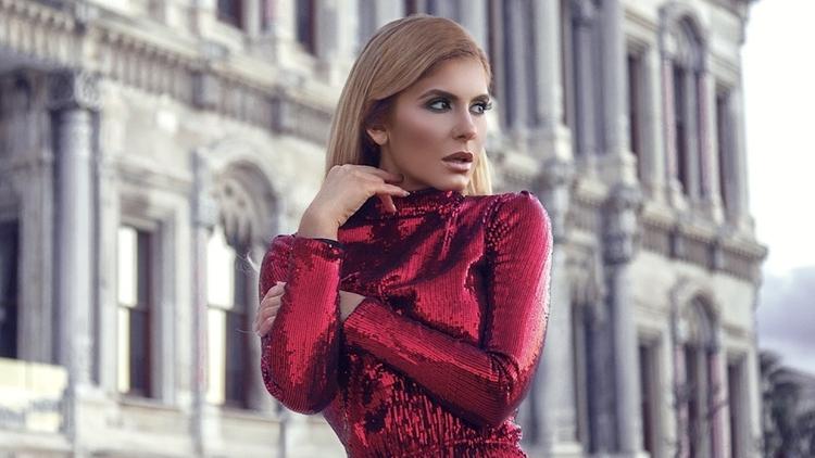 Bulgaristan'ın önde gelen pop müzik şarkıcılarından Anelia, Çırağan Sarayı'nda klip çekti.