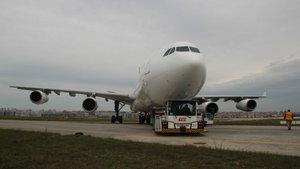Atatürk Havalimanı'nda uçak, taksi yolundan çıktı