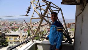 Hatay'da evin balkonuna yüksek gerilim hattı direği devrildi