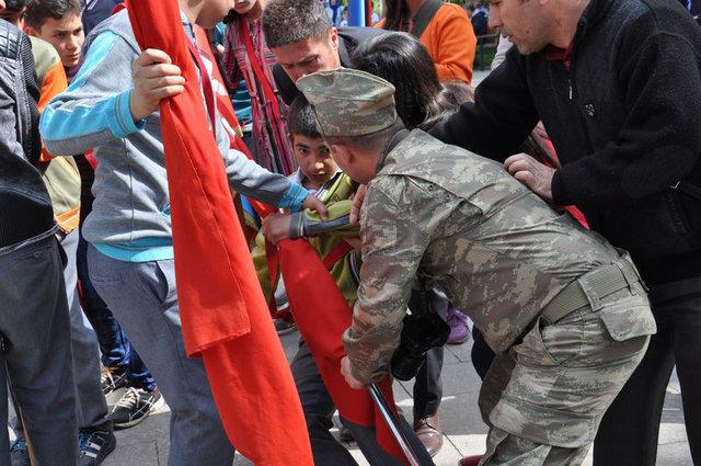 Gaziantep'teki 23 Nisan kutlamalarında bir öğrenci yere yığılmasına rağmen elindeki Türk bayrağını bırakmadı!