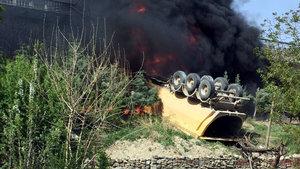 Elazığ'da üst geçitten yola düşen kamyon alev topuna döndü!
