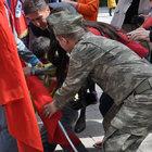 Yere yığılan öğrenci elindeki Türk bayrağını bırakmadı!
