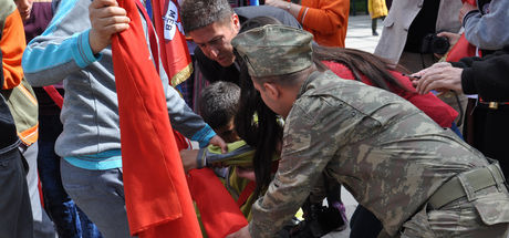 Yere yığılmasına rağmen elindeki Türk bayrağını bırakmadı!