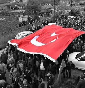 5 bin kişilik kalabalık Türk bayrakları taşıyıp tekbirlerle şehit Turgut Kurtçu