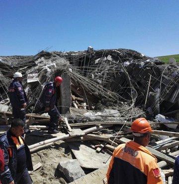 Ambar inşaatında beton dökme işlemi sırasında gerçekleşen kazada 3 işçi enkaz altında kaldı. Hastaneye kaldırılan işçilerden biri hayatını kaybetti