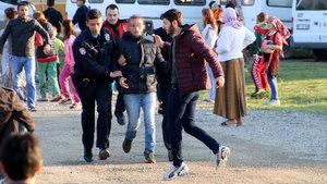 Uyuşturucu kullanan gençleri dövüp, polise teslim ettiler