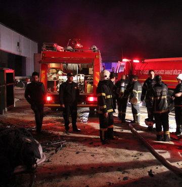 Yaklaşık 2 saatlik çalışma sonucunda yangın kontrol altına alınırken fabrikanın bir bölümü kullanılamaz hale geldi