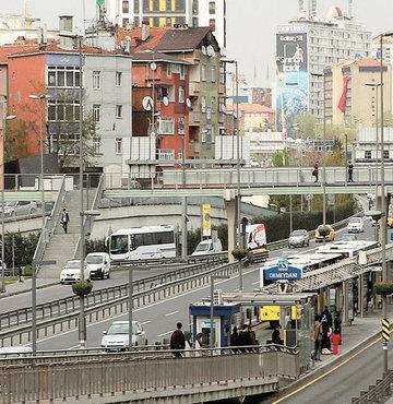 İstanbul'da gece vakti metrobüsten inen 19 yaşındaki H.D., altgeçitte saldırıya uğradı. Ağzını kapattığı H.D.'yi çimenlere sürükleyip tecavüz girişiminde bulunan Suriyeli Rami R., dirençle karşılaşınca kaçmak istedi. H.D., saldırganı çevredekilere yakalattı