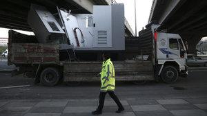 Ankara'da elektrik panosu yüklü kamyon köprüye sıkıştı
