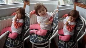 Uykulu halde şeker yiyen küçük kız