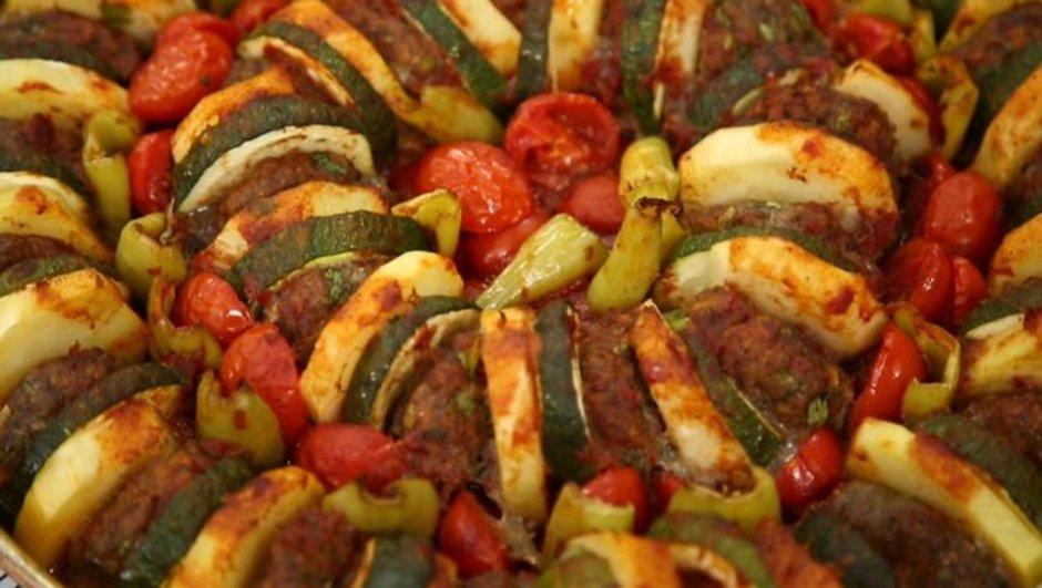Soğan köftesi ile domates sosu nasıl hazırlanır