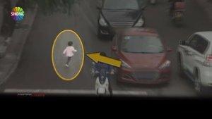 Üzerinden otomobil geçen küçük çocuk mucize eseri kurtuldu