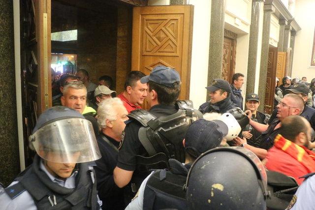Makedonya karıştı! Maskeli grubun rehin aldığı vekiller darbedildi