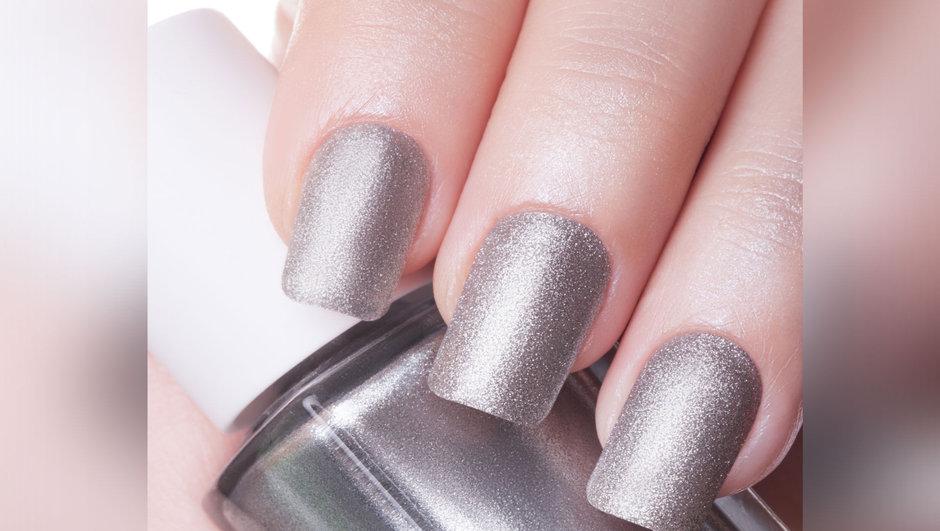 Trend alarmı: Metalik tırnaklar
