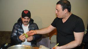 Mahmut Tuncer, Şafak Sezer'e çiğköfte yedirdi
