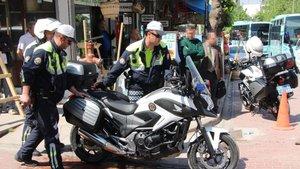 Manisa'da bir kişi hem polisin motosikletini hem de kendisininkini yakmak istedi