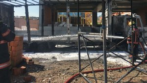 Mahmutbey'de strafor dolu kamyon alev alev yandı