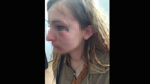 Başkanın yanında kadın polisi darp etti