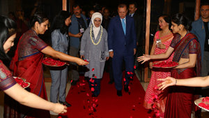 Erdoğan'ı Hindistan'da gül yapraklarıyla karşıladılar