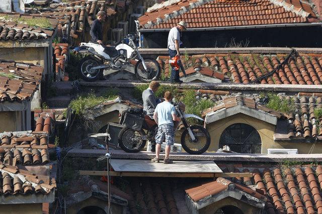 Motosikletli Bond, çatıyı da içimizi de ezmişti!
