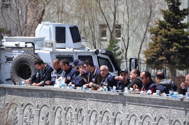 Kars'ta polisler duvarı masa olarak kullandı