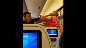 Uçakta yumruk yumruğa kavga! İki yolcu birbirine girdi