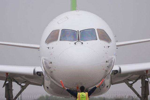 Çin'in büyük yolcu uçağı C919 ilk kez havalandı.