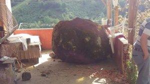 Giresun'da yamaçtan kopan kaya gece yarısı balkona düştü