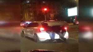Otomobilde yer kalmayınca bagaja bindiler!