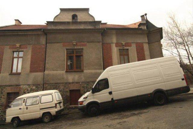 Eski ambulansı karavana çevirdi