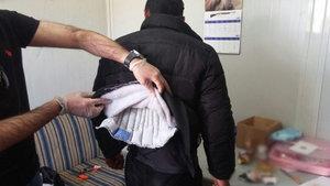 Sivas'ta bir kişi montuna gizlediği uyuşturucuyla yakalandı