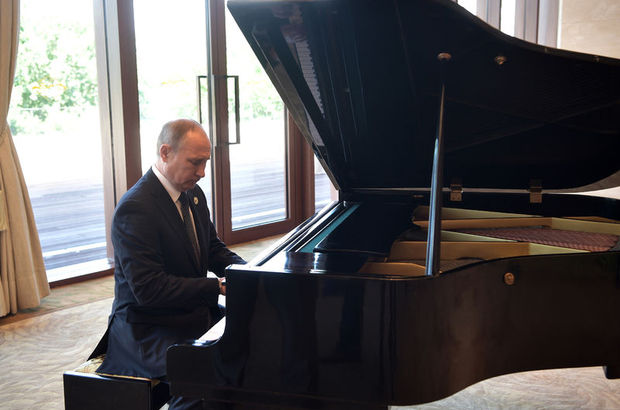 Putin'den mini konser