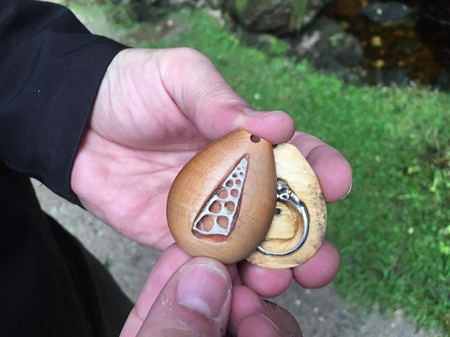 Evlilik yüzüğünü bilmeden üzerinde taşıdı