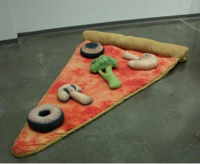 Bu pizza dilimi uykuya eşlik ediyor