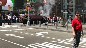 New York'ta bir araç yayaların arasına girdi! Yaralılar var...