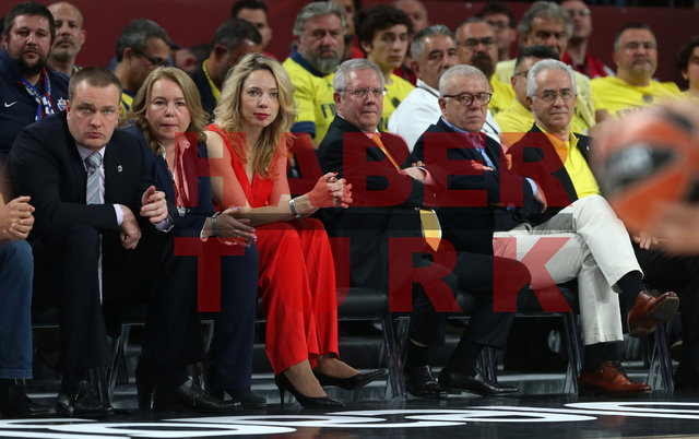 CSKA Moskova-Olympiakos maçını izleyen Aziz Yıldırım'ın yanına oturan kadın salonun dikkatini çekti