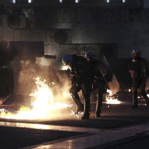 POLİSE SALDIRIP MECLİSE GİRMEYE ÇALIŞTILAR