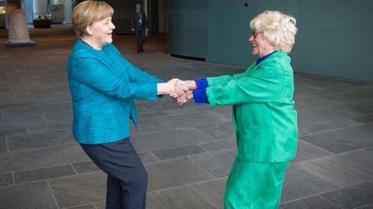 Almanya Başbakanı Angela Merkel, dans ederken çekilen görüntüsünü Instagram'da paylaştı.