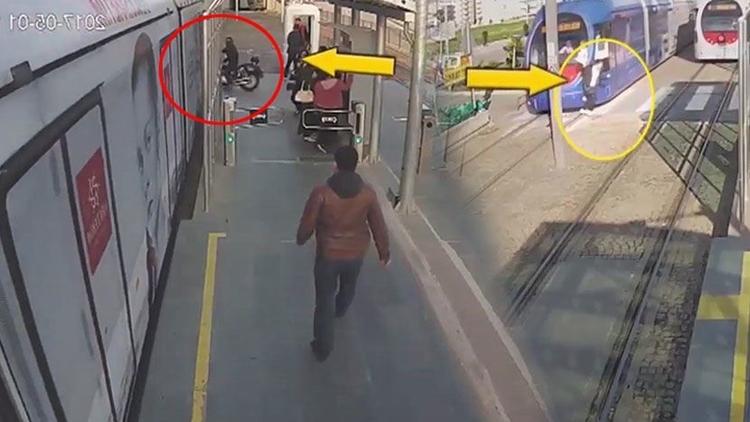Samsun'da tramvay duraklarında bulunan güvenlik kameralarına trajikomik görüntüler yansıdı.