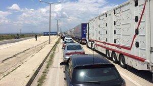 Üç günlük tatil dolayısıyla sınır kapılarında araç kuyruğu oluştu