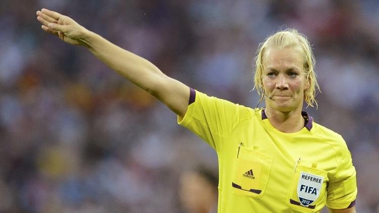 Gelecek sezon Bundesliga'da düdük çalacağı açıklanan 38 yaşındaki Bibiana Steinhaus, lig tarihinin ilk kadın hakemi olacak.