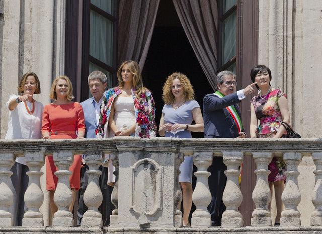 Melania Trump'ın ceketi dudak uçuklattı!