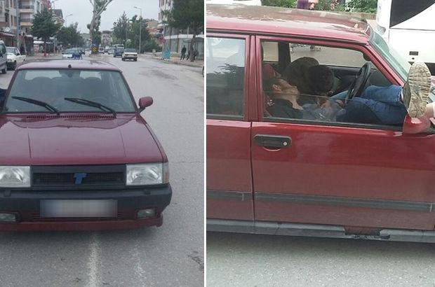 Otomobille birlikte kenara çekildiler!
