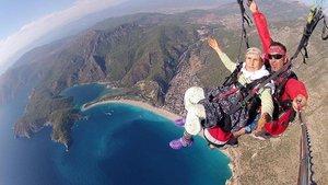 Yaşlı kadının yamaç paraşütündeki görüntülerine yoğun ilgi