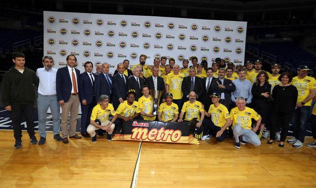 Fenerbahçe'de şampiyonluk pastası kesildi