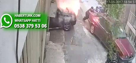 İzmir'de park halindeki araç bir anda alev aldı!